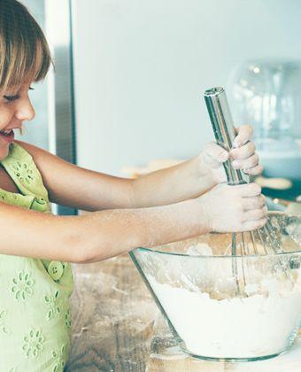 Criança na cozinha: veja os benefícios e atividades para cada idade